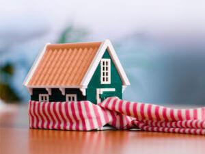 Zabawkowy dom ogrzany szalikiem